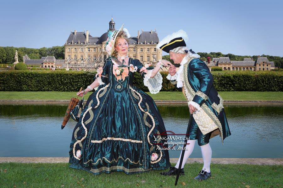 Scène galante un jour d'été dans les jardins du Château de Vaux le Vicomte
