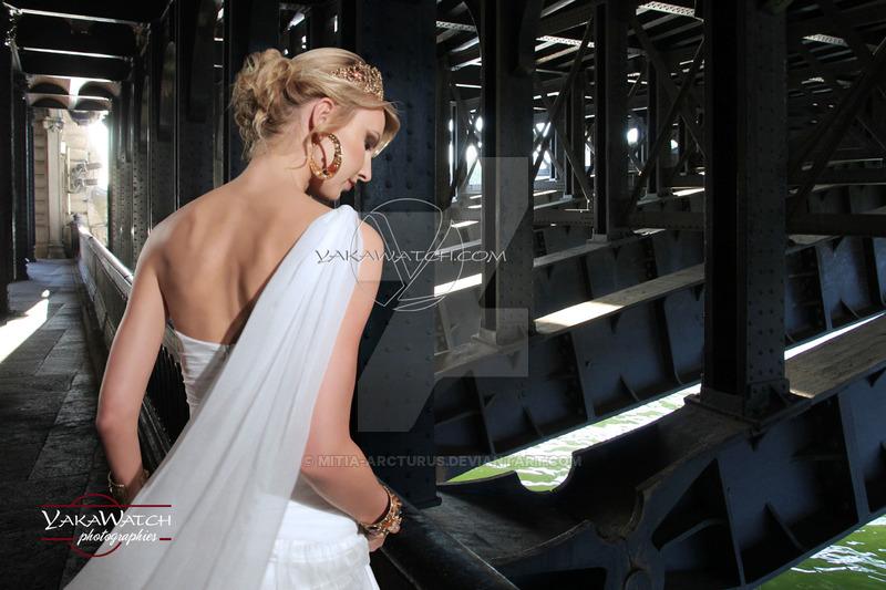 Modèle en robe de mariée sous le pont Alexandre 3 à Paris