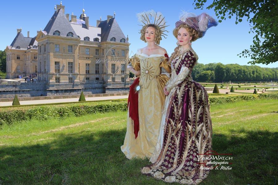 Belles marquises en costumes historique à Vaux le Vicomte sous le soleil de midi lors de la Journée Grand Siècle