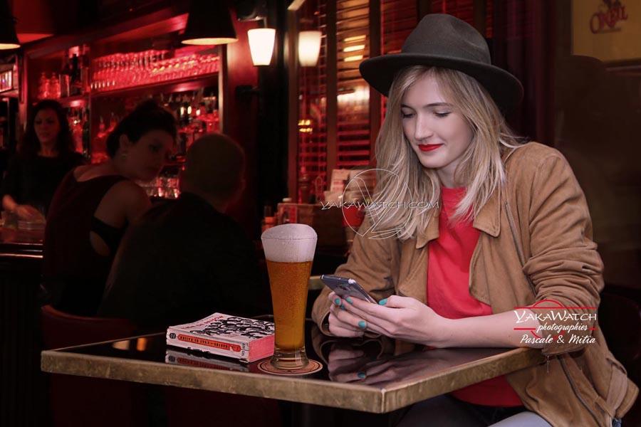 Jeune femme dégustant un verre de bière à la brasserie O'Neil à Paris
