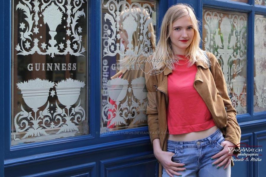 Jeune femme décontractée devant un miroir Guiness rue de la soif à Paris