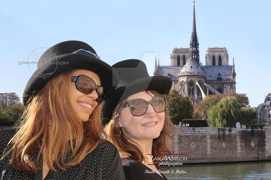 Portraits de femmes devant Notre Dame à Paris