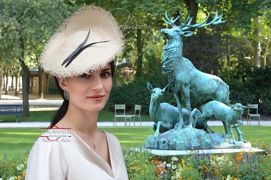 Jeune femme posant avec un chapeau au Jardin du Luxembourg - Collection de printemps