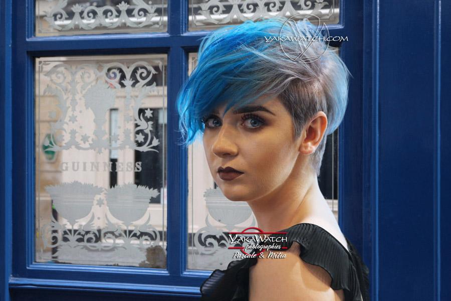 Portrait jeune femme avec des cheveux bleus rue Guisarde à Paris devant le Bedform Arms