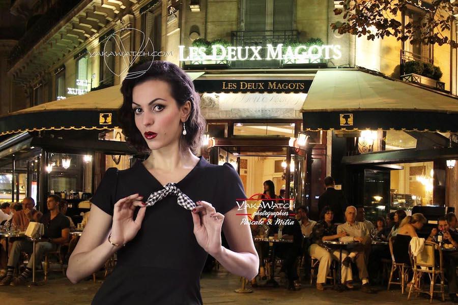 Paris by Night. Mode vintage devant la mythique terrasse des deux Magots à Paris