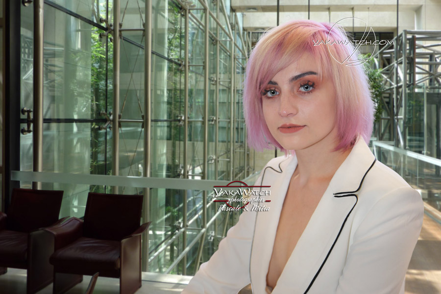 Présentation création coiffure - Jeune femme cheveux courts teinture rose Tye and Dye - Mode Beauté coiffure Mitia-Arcturus Paris